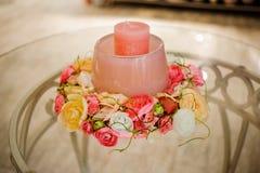 Schöne Kerzen mit Blumendekor Stockbilder