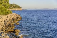 Schöne Kiefer und das Ufer des blauen Meeres am Abend kroatien Stockfotos