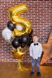 Schöne Kinder, kleine Jungen, die Geburtstag feiern und Kerzen auf dem selbst gemachten gebackenen Kuchen, Innen durchbrennen Geb stockfotos