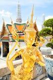 Schöne Kinnaree-Statue im thailändischen Tempel Stockbilder