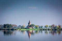 Schöne Kirche auf einer Insel im See Lizenzfreie Stockfotos