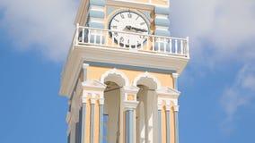 Schöne Kirche mit UhrGlockenturm im Dorf Fira auf Santorini, Tourismus stock video
