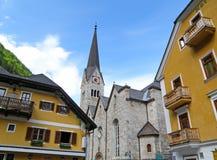 Schöne Kirche und Maria Theresa Yellow Colored Architecture in Hallstatt Lizenzfreies Stockfoto