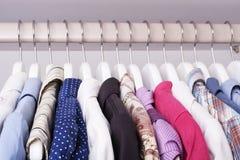 Schöne Kleidung im Wandschrank auf einer Aufhängung Lizenzfreies Stockfoto