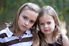 Schöne kleine blonde Mädchen draußen Lizenzfreies Stockbild