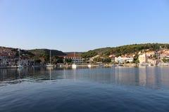 Schöne kleine Boote im Hafen von Postiral-Stadt Kroatien, Brac-Insel stockfotografie