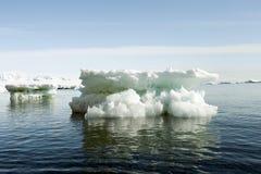 Schöne kleine Eisberge in Antarktik lizenzfreies stockfoto