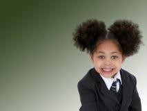 Schöne kleine Geschäftsfrau auf grünem Hintergrund lizenzfreie stockfotos