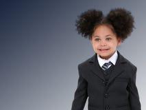 Schöne kleine Geschäftsfrau in der Klage und Gleichheit über dunkelblauem stockbilder