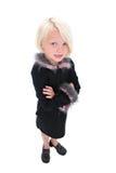 Schöne kleine Geschäftsfrau in der schwarzen Klage mit rosafarbenen Federn Stockbild