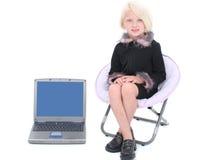 Schöne kleine Geschäftsfrau in der schwarzen Klage mit rosafarbenen Federn Stockfotos