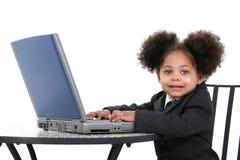 Schöne kleine Geschäftsfrau, die an Laptop arbeitet Lizenzfreies Stockfoto