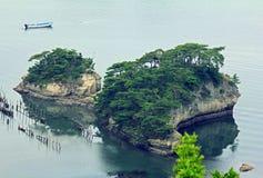Schöne kleine Inseln in Matsushima bedeckten mit den Kiefern, die auf Roc wachsen Stockbilder