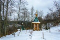 Schöne kleine Kapelle am heiligen Frühling des Erzengels Micha Stockbild