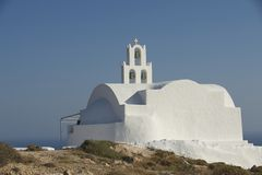 Schöne kleine Kirche auf dem Hügel nahe Akrotiri, Santorini, Griechenland Lizenzfreie Stockbilder