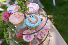 Schöne kleine Kuchen auf einem Glasstand Stockbild