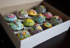 12 schöne kleine Kuchen in einem Kasten Stockbilder