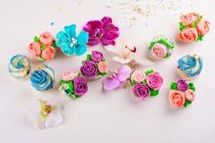 Schöne kleine Kuchen verziert mit Blume vom bunten Bonbon Stockbilder
