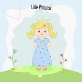 Schöne kleine Prinzessin, die auf dem Gras steht Stockfotografie