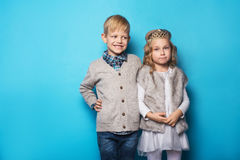 Schöne kleine Prinzessin und hübscher Junge Freundschaft Liebe valentine Studioporträt über blauem Hintergrund lizenzfreie stockfotos