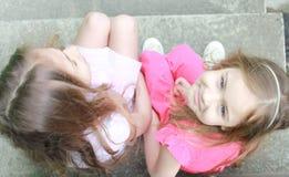 Schöne kleine Schwestern Lizenzfreie Stockfotos