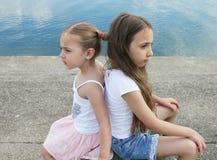 Schöne kleine Schwestern sind an einander verärgert Stockfotos