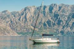 Schöne kleine Yacht auf dem Kai der Stadt von Perast, Montenegro lizenzfreie stockbilder