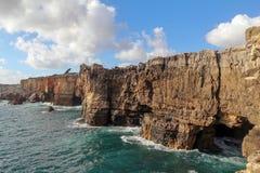 Schöne Klippenküstenlinie von Cascais, Portugal Lizenzfreies Stockfoto