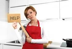 Schöne Kochfrau im verärgerten Umkippen und frustrierten im Gesichtsausdruck, die rotes Schutzblech bitten um die Hilfe hält Nude stockbild