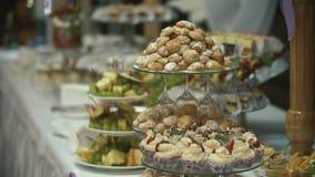 Schöne Kuchen auf der süßen Tabelle stock video footage