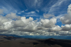 Schöne Kumuluswolken über Feldern von Scoria Norddurchbruch große Tolbachik-Spalt-Eruption 1975 Stockbild