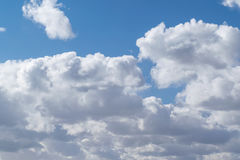 Schöne Kumuluswolken im klaren blauen Himmel Lizenzfreie Stockfotos