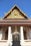 Schöne Kunst Tempel-Dach und der Giebel verziert mit empfindlichem Stuck stockbild
