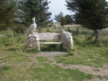 Schöne Kunstfertigkeit - geschnitzte Holzbank in Newburgh, Aberdeenshire lizenzfreie stockfotografie