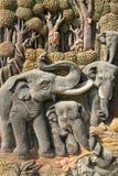 Schöne Kunstskulptur der Elefanten und der Natur Stockbilder