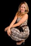 Schöne lächelnde blonde Dame in einem beige Kleid Lizenzfreie Stockfotografie