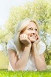 Schöne lächelnde blonde entspannende Frau Stockbilder