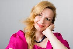 Schöne lächelnde blonde Frau Stockfotografie