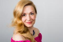 Schöne lächelnde blonde Frau Lizenzfreie Stockfotografie