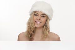 Schöne lächelnde blonde Frau in einem Pelzhut Stockbilder