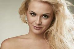 Schöne lächelnde blonde Frau Glückliches Mädchen Recht junge Frau Stockfotografie