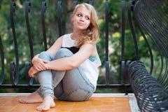 Schöne lächelnde blonde kaukasische Jugendliche Stockfoto