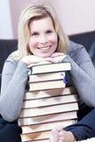 Schöne lächelnde blonde Studentin. Lizenzfreie Stockfotografie