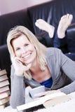 Schöne lächelnde blonde Studentin. Stockfoto