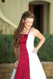 Schöne lächelnde Braut im Rot Lizenzfreie Stockbilder