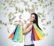 Schöne lächelnde Brunettefrau mit den bunten Einkaufstaschen von den fantastischen Shops stockbild