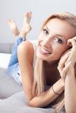 Schöne lächelnde Dame zu Hause Stockbild