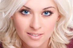 Schöne lächelnde Frau Stockfoto