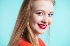 Schöne lächelnde Frau auf Farbhintergrund Nahaufnahmeporträt eines jungen Mädchens lizenzfreies stockbild