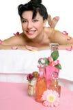 Schöne lächelnde Frau, die am Badekurort sich entspannt stockfotografie